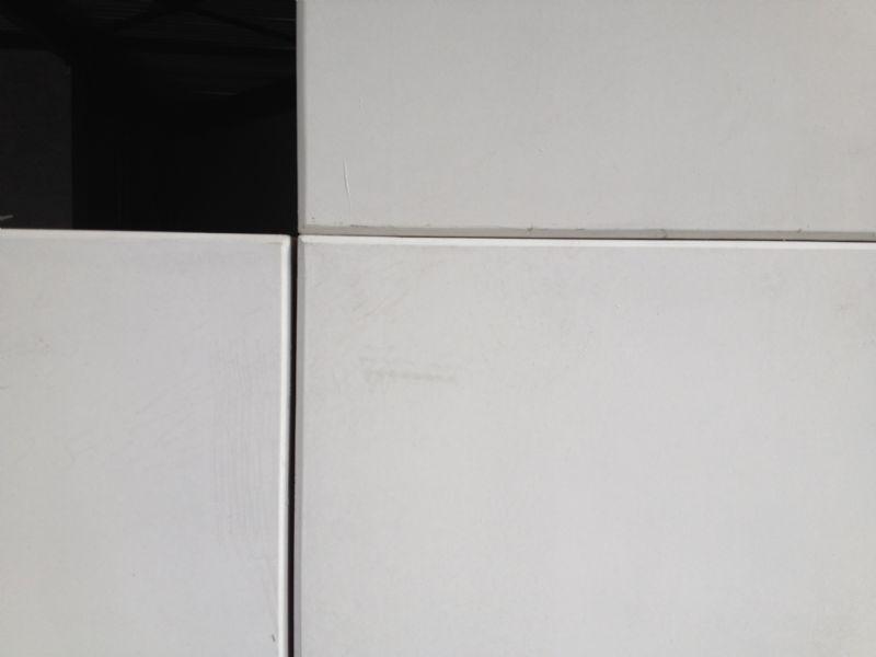 Detailbeeld van het wit architectonisch beton.