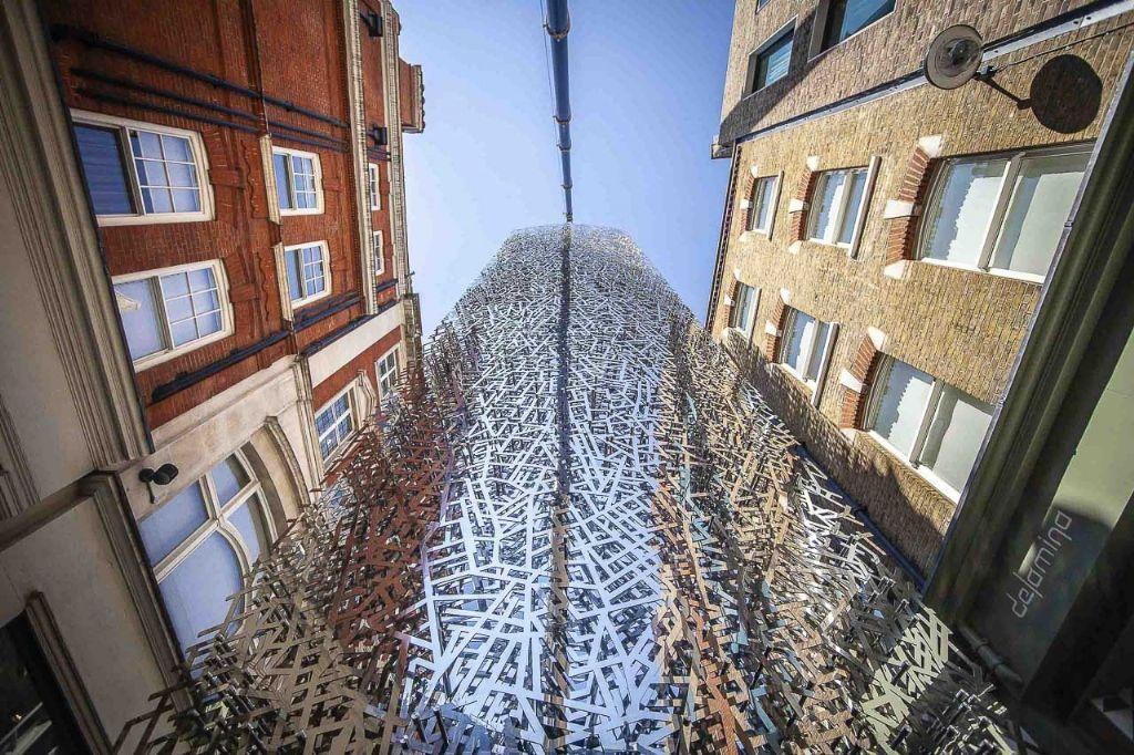 Raar maar Waar: Stalen kunstwerk vindt nieuwe thuis in Londense gevel