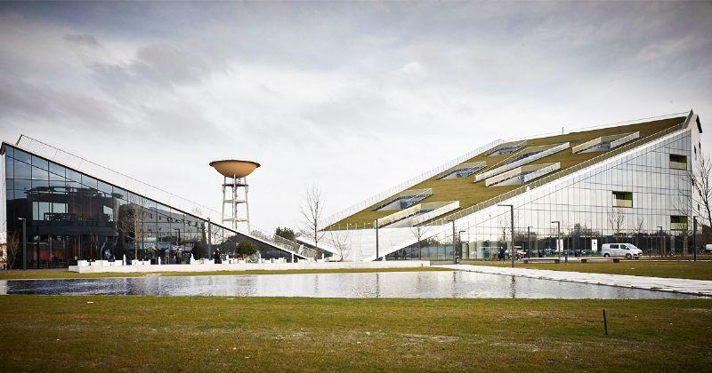 Het Corda1-complex is met zijn markante, 'hellende' vormgeving de absolute blikvanger van de nieuwe Corda Campus in Hasselt.