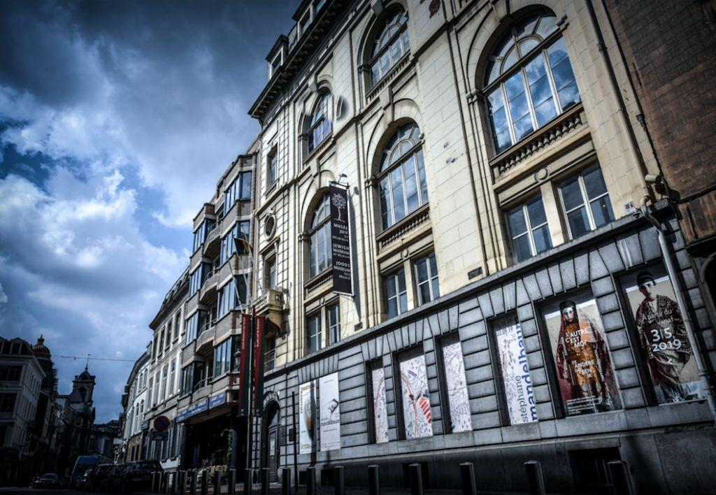De voorgevel blijft bewaard, maar wordt gepersonaliseerd om de identiteit van het Joods Museum van België te benadrukken.
