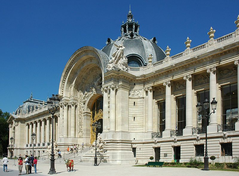 Het Petit Palais was de inspiratiebron voor het museum. Leopold II wou het volledig nabouwen, maar architect Girault wou dit niet.