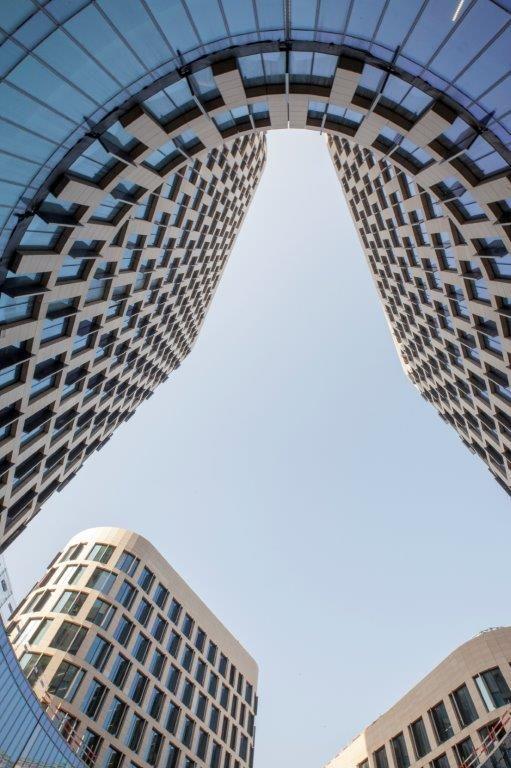 Befimmo droomde van een 'vloeiende' architectuur met afgeronde hoeken en hellende daken. De torens hebben een complexe vorm, waarbij driehoeken en ellipsen gecombineerd worden.