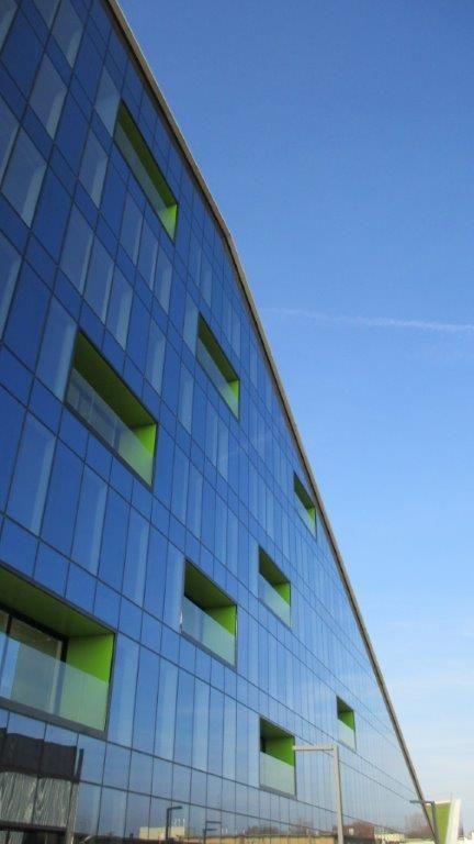 De transparante gordijngevel geeft het gebouw een zeer strak uiterlijk.