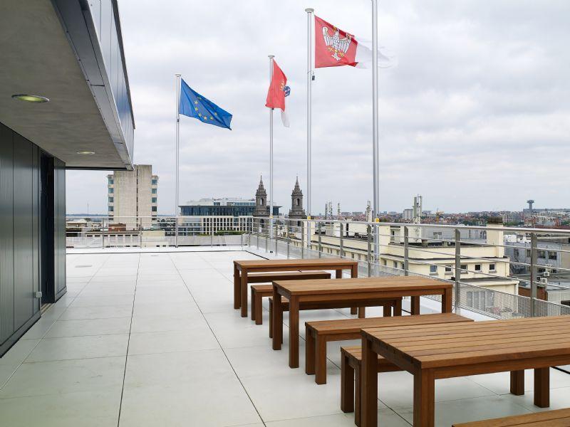 Het dakterras van het Brusselse Montindu is aangelegd met Megasmooth tegels