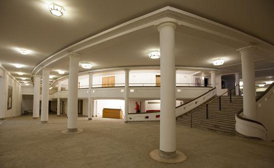 De ontmoetingsruimtes rond de zaal Henry le Boeuf werden hersteld en aangepast aan de akoestische vereisten.