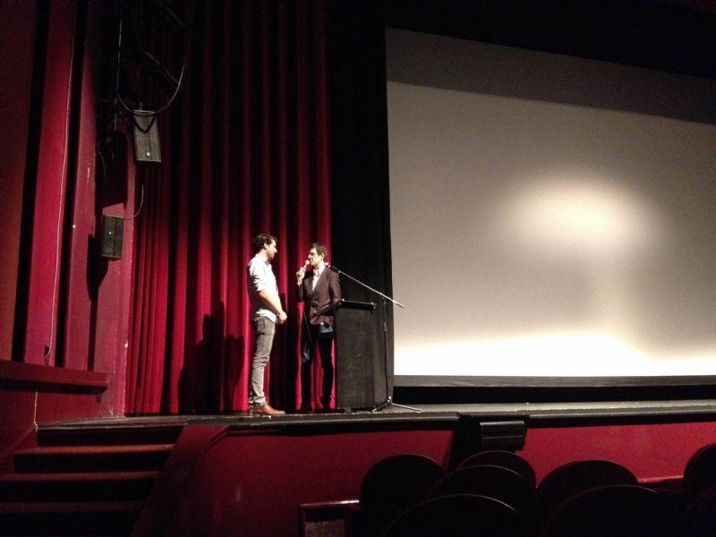 Producer Jules Debrock beantwoordt enkele vragen tijdens een interview.