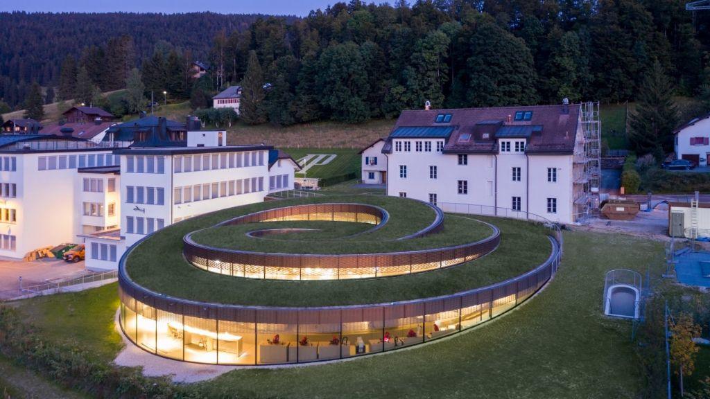 Le nouveau Musée-Atelier Audemars Piquet, conçu par BIG, trouve parfaitement sa place dans le paysage.