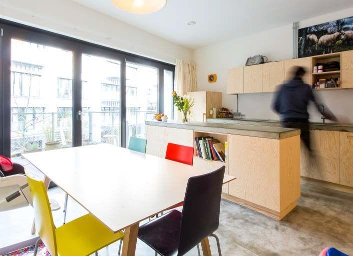Hoewel het Brutopiacomplex zich aan een vrij drukke straat met veel verkeer bevindt, is daar in de appartementen bitter weinig van te merken. (Foto: Olivier Anbergen)
