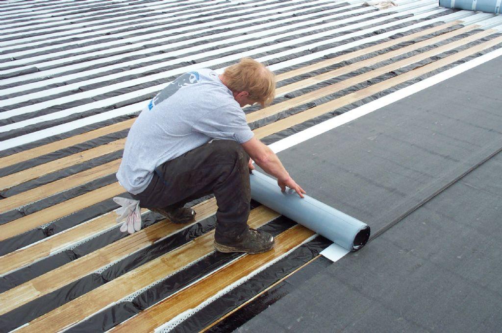 Wie opteert voor zelfklevende bitumen dakbanen, moet rekening houden met enkele aandachtspunten. De voorbereiding van de ondergrond vraagt bijzondere aandacht, en ook de weersomstandigheden spelen een grote rol. (Foto: Soprema)