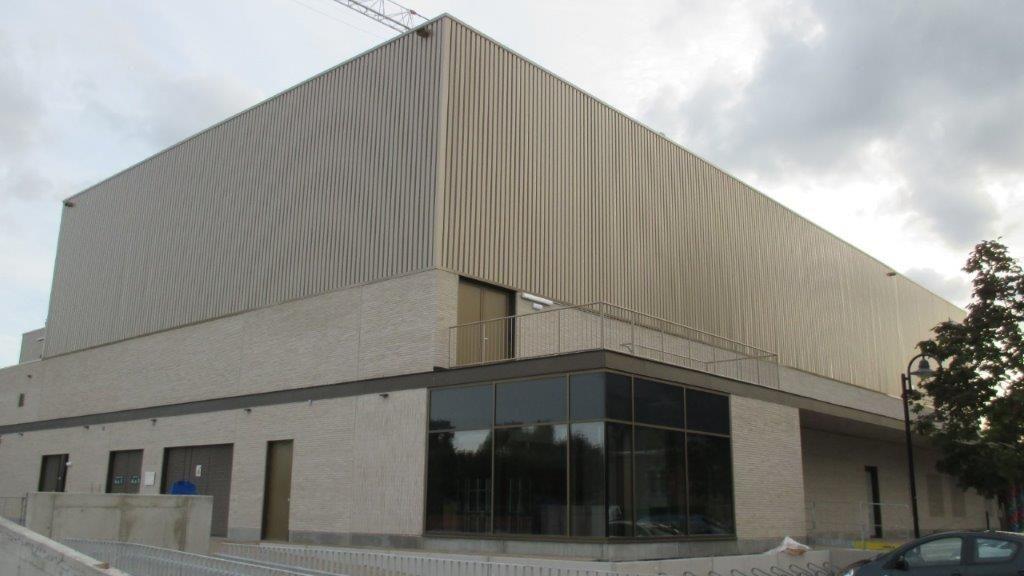 De lichte gevelsteen is in een halfsteensverband geplaatst na de installatie van de grote raampartijen. Knutselwerk-met-passtukjes was dan ook uit den boze.