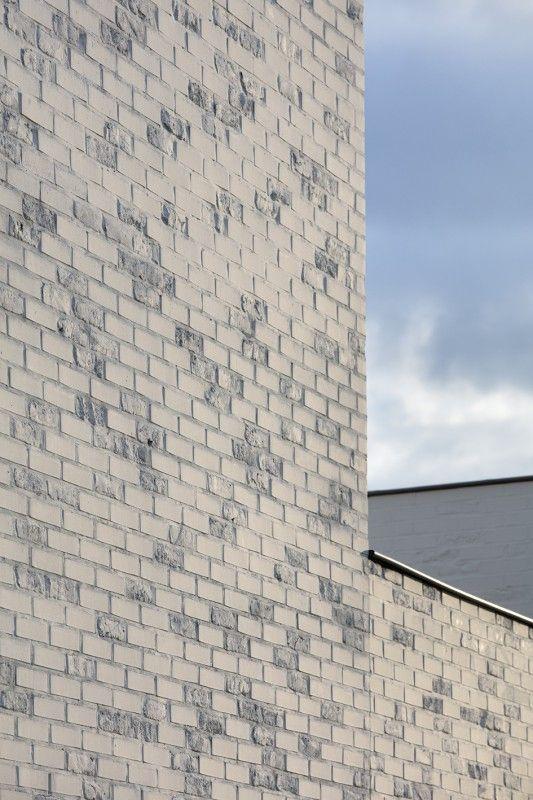 Sur les façades, suite à l'intervention de Simon Boudvin, un mélange de briques anciennes et neuves.