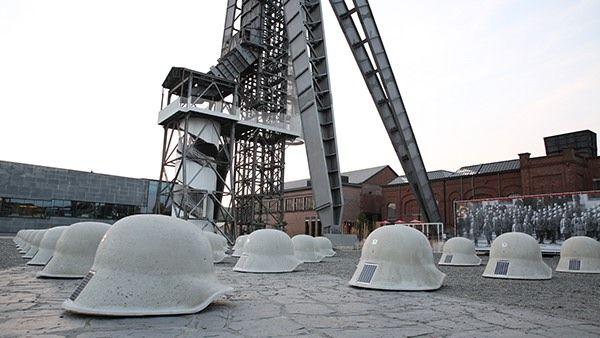 Helemaal Limburg: de 44 helmen met de mijnschachten op de achtergrond