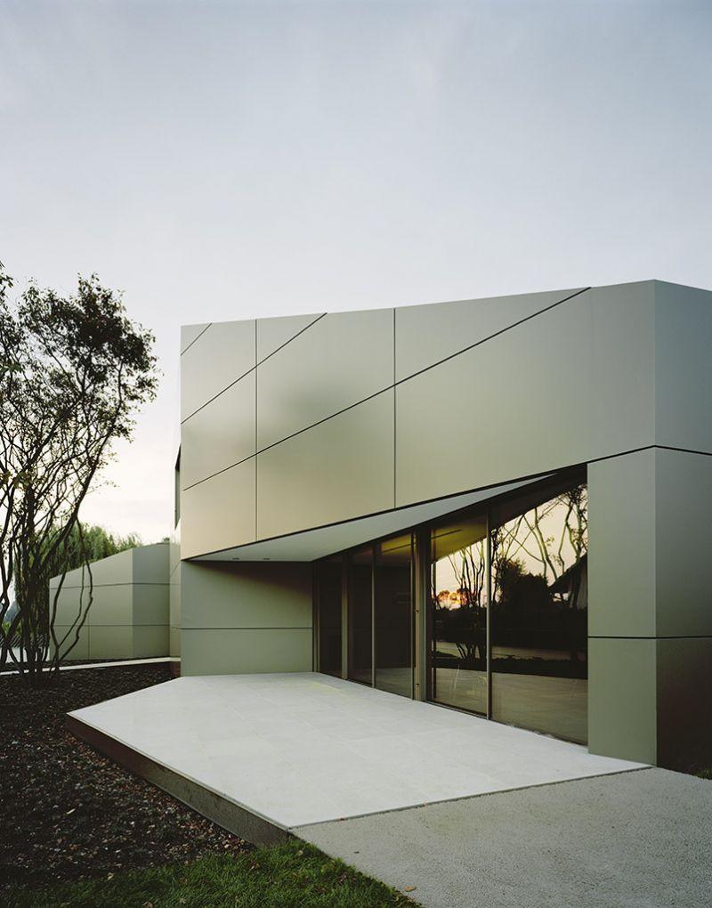 Ook de Lake Constance Villa van Architectenbureau Biehler Weith is opgebouwd volgens Alucobond design maar opteerde met de Anodized look C32 voor een andere kleur.