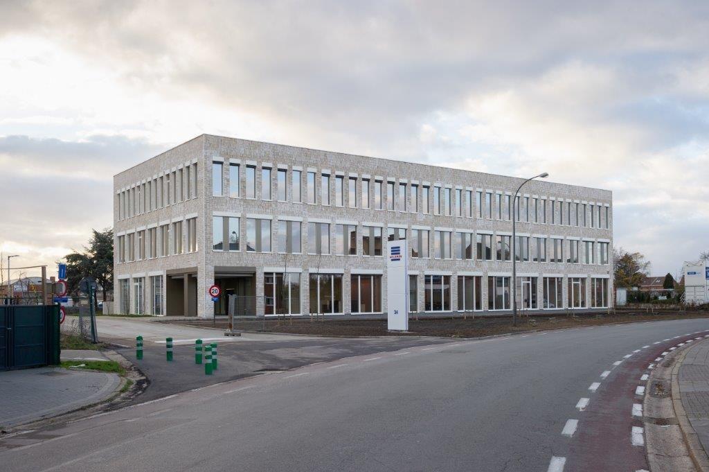 """De nieuwbouw van Willemen Groep in Hasselt is in een recordtempo gerealiseerd. """"In april zijn we effectief begonnen met het uitgraven van de bouwput en vlak voor het kerstverlof zijn we met z'n allen verhuisd"""", aldus Wim Briels. (Beeld: Wesley Nulens)"""