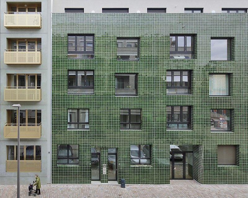 noAarchitecten maakt een plek in de stad. Een donkergroene gevel bekleed met geglazuurde Portugese tegels met een duidelijke voeg.