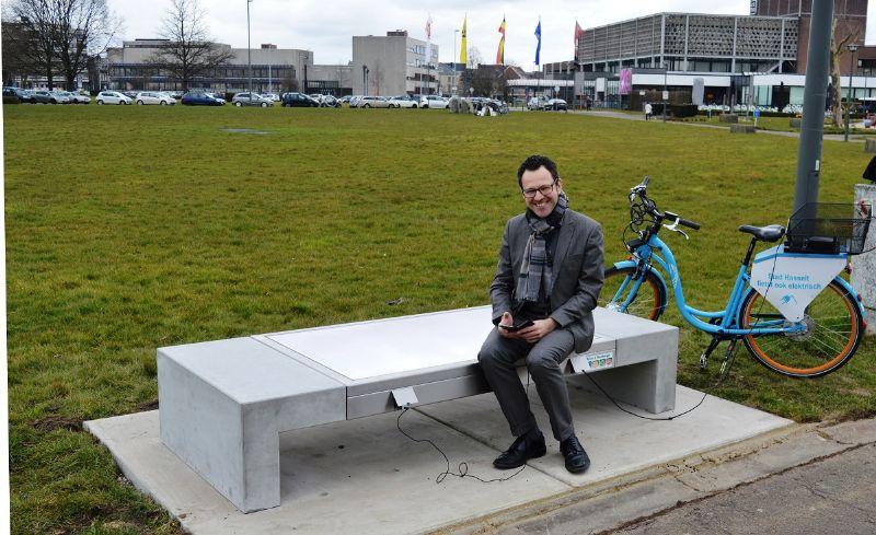 Hasselt, première ville belge à mettre le banc Solar de Stradus en service