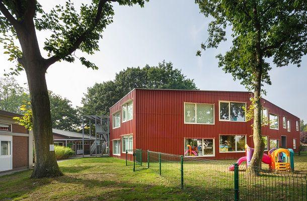 Een school voor morgen in koraalrode Ecolor golfplaten van Eternit
