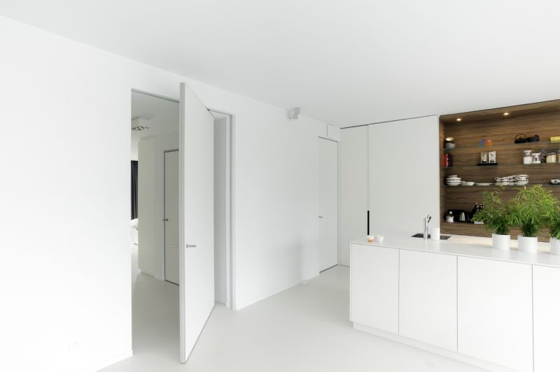 """Voor het """"room divider"""" concept van Anyway Doors  werd een innovatieve 360° pivotscharnier ontwikkeld. Dit maakt de realisatie mogelijk van extra grote deuren of wanden zonder inbouwdelen in de vloer."""