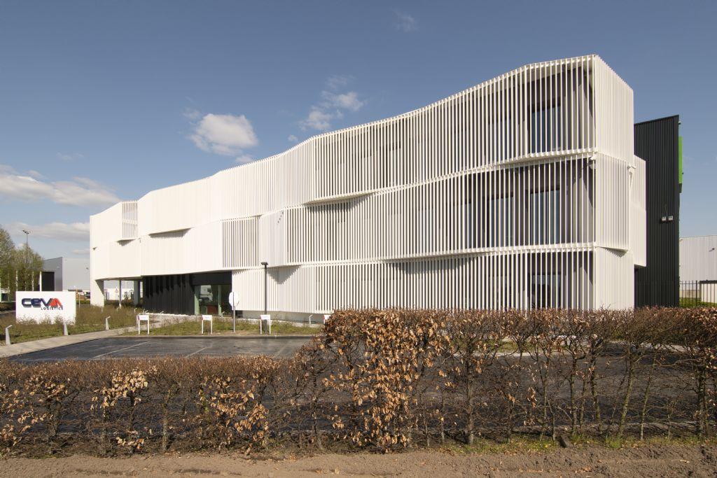 Dynamische gevel verleent kantoorgebouw Ceva Logistics uitgesproken identiteit (Bastion Architecten)