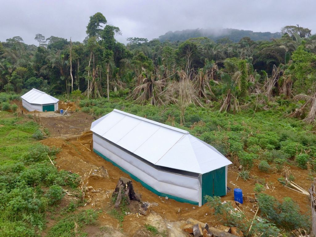 Een Maggie Shelter in Kameroen. Ook in Noord-Irak zal het educatief centrum worden opgebouwd uit zo'n tenten, die alle eigenschappen bezitten van een duurzaam gebouw.