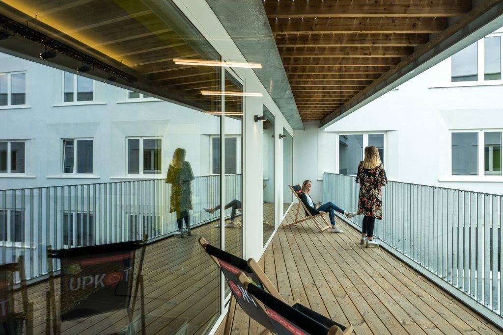 De terrassen dragen bij tot het unieke karakter van deze studentenhuisvesting. (Beeld: Luc Roymans)