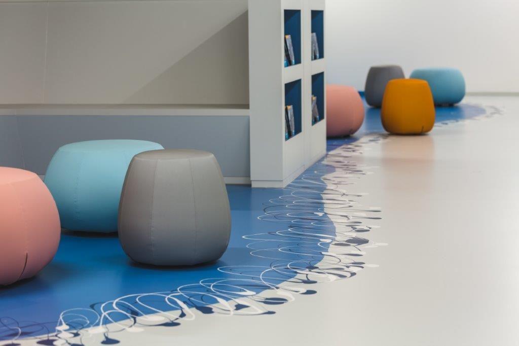 Het kunstwerk van Jeanet Hönig strekt zich vanaf het onthaalgebouw uit tot aan het chirurgisch daghospitaal en garandeert de esthetische samenhang.