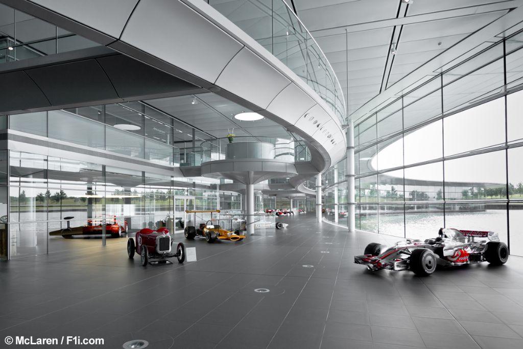 McLaren Technology Center à Woking (Angleterre), par Foster & Partners.
