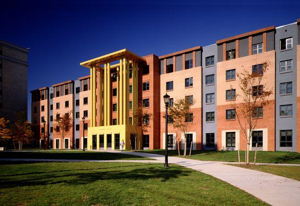 Laurel Hall in Indianapolis, Indiana is een residentieel gebouw van maar liefst 8000m2 dat door Graves in de jaren negentig ontworpen werd.
