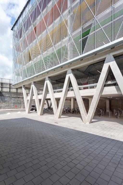 Alles vertrekt vanuit de diagonaal, met V-kolommen op de lagere niveaus die de typische verticaliteit van dit soort gebouwen doorbreekt. De diagonale lijnen zetten zich door op de bovenliggende verdiepingen. (Beeld: Marie-Noëlle Dailly)