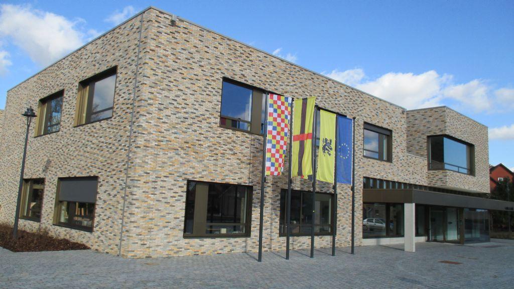 Het Nieuw Administratief Centrum vormt samen met een volledig nieuw dorpsplein en de heraanleg van enkele straten het sluitstuk van de dorpskernvernieuwing van Groot-Vorst. (Beeld: Tim Janssens)