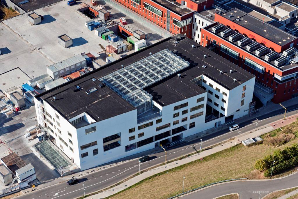 Recent besloot het UZ Leuven een nieuw badgesysteem in gebruik te nemen, in eerste instantie in zijn nieuwe gebouwen, maar nadien ook ter vervanging van het bestaande toegangscontrolemechanisme.