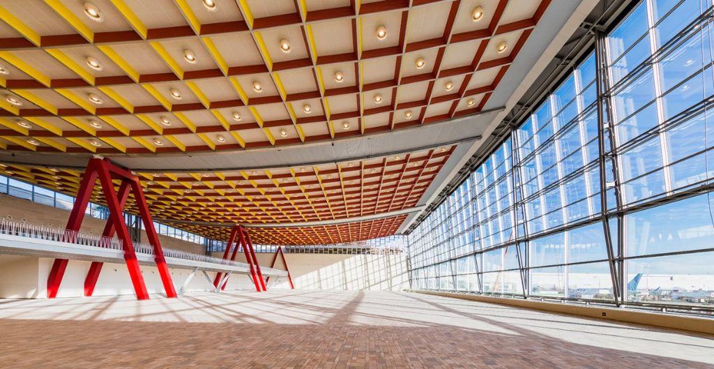 Hunter Douglas Architectural realiseert huzarenstuk voor veeleisende renovatie plafond Skyhall
