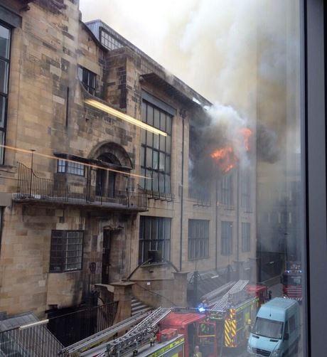 De brandweer was er snel bij en werd ondersteund door ingenieurs en stafleden van de school.