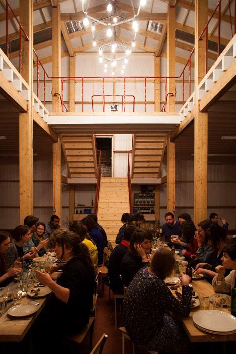 Bij de opening van het gebouw organiseerde Assemble een diner in de centrale gang.