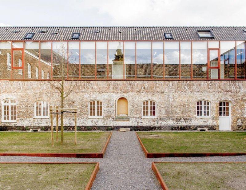 Het voormalige Clarissenklooster in Hasselt, een icoon van de stad, werd met veel respect voor het historische erfgoed omgetoverd tot een hedendaagse zorgcomplex. (Foto: Franky Larouselle)