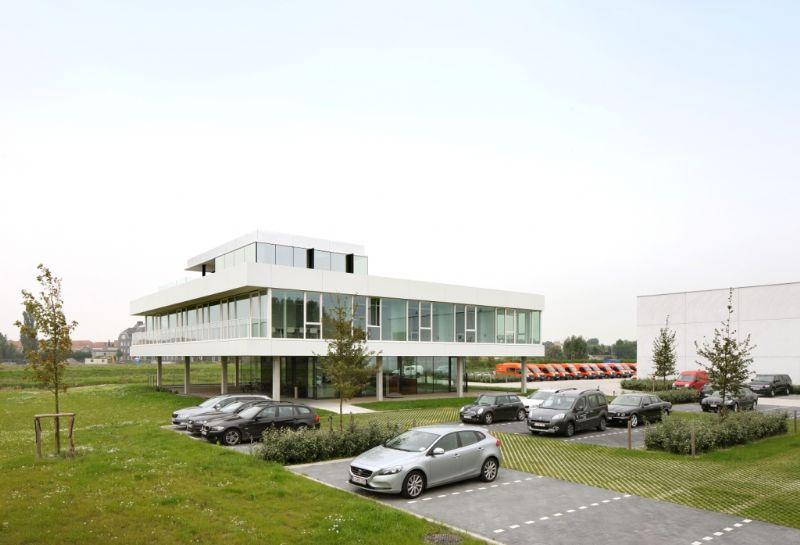 Het gebouw heeft veel weg van een horizontale schijf die op het landschap lijkt te staan.