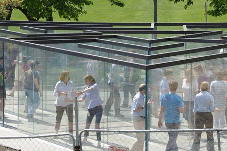 Bezoekers moeten hun weg zoeken doorheen het labyrint.