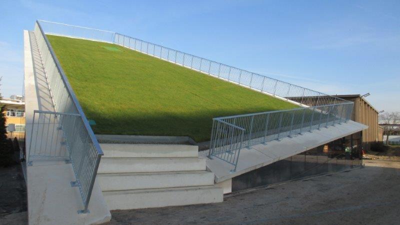 ELD Architects ging uit van een landschapsconcept. Zo kregen ze het idee om het gras op de site op te liften en onder de vrijgekomen ruimte een gebouw te plaatsen.