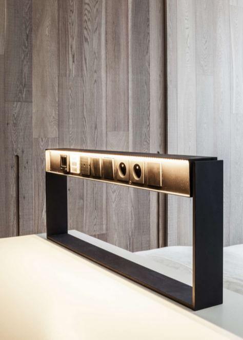 De aangepaste stopcontacten met ingebouwde lamp. Deze kan om haar as bewegen, waardoor de lamp dienst kan doen als bed- en bureaulamp.