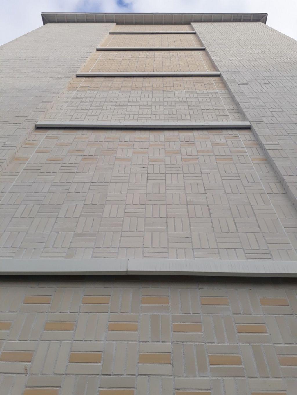 Dans cette deuxième vie, les façades sont beaucoup mieux isolées grâce à la pose de 9 000 m² d'isolant extérieur de 18 cm puis de plaquettes de briques très particulières.