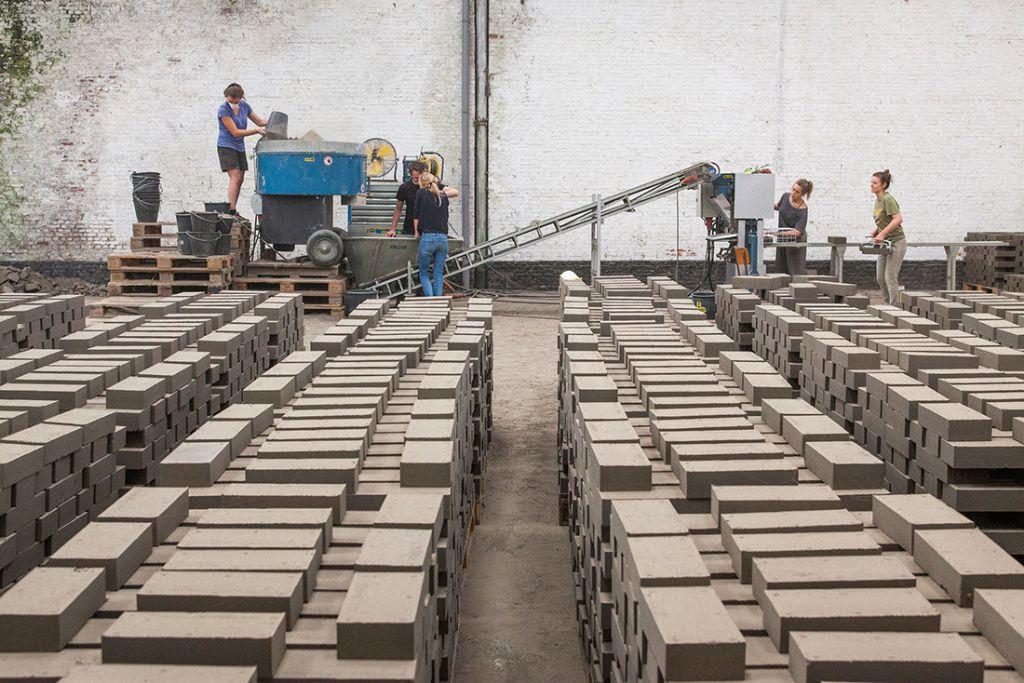 Le pionnier de la construction en terre crue circulaire ouvre un premier site de production