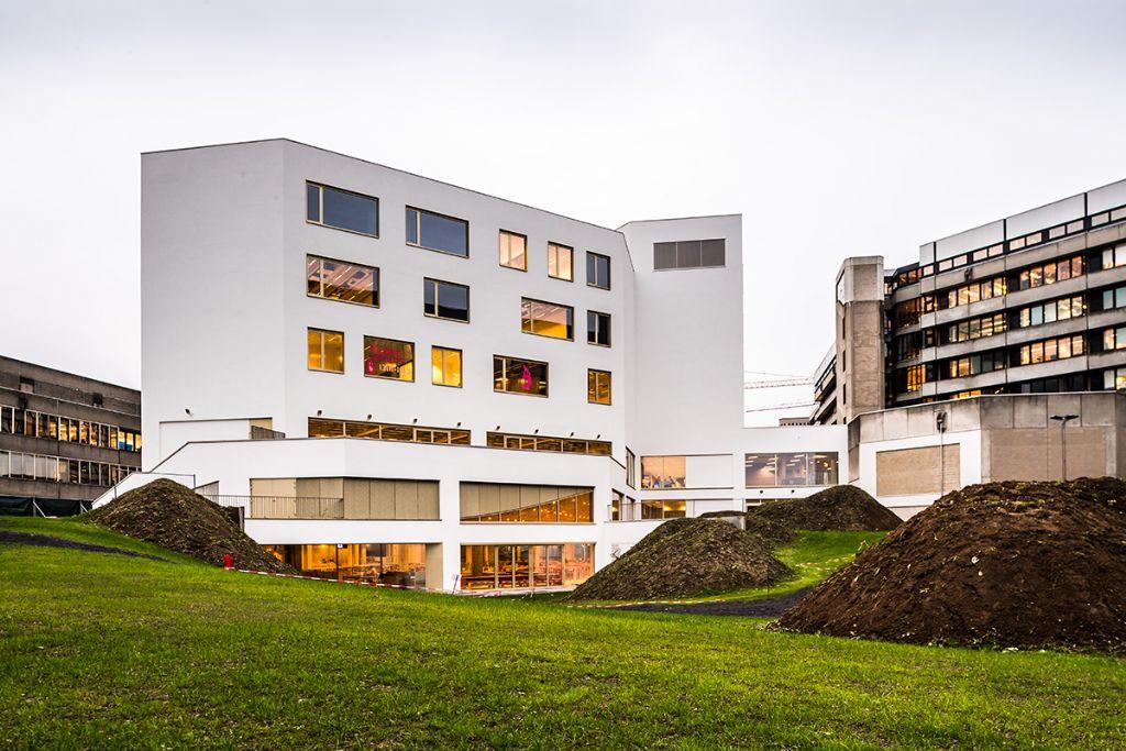 Het nieuwe ALO-gebouw huisvest een Alma-studentenrestaurant, een leercentrum en een onderwijstoren. (Beeld: KU Leuven - Geert Vanden Wijngaert)