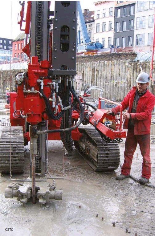 Installatie van een micropaal om de vloerplaat van een bouwput te beschermen tegen opwaartse waterdruk.