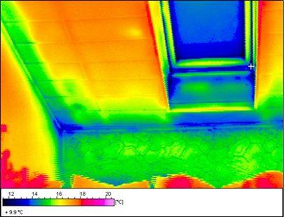 Warmtefoto van een hellend dak met koudebruggen en luchtlekken.