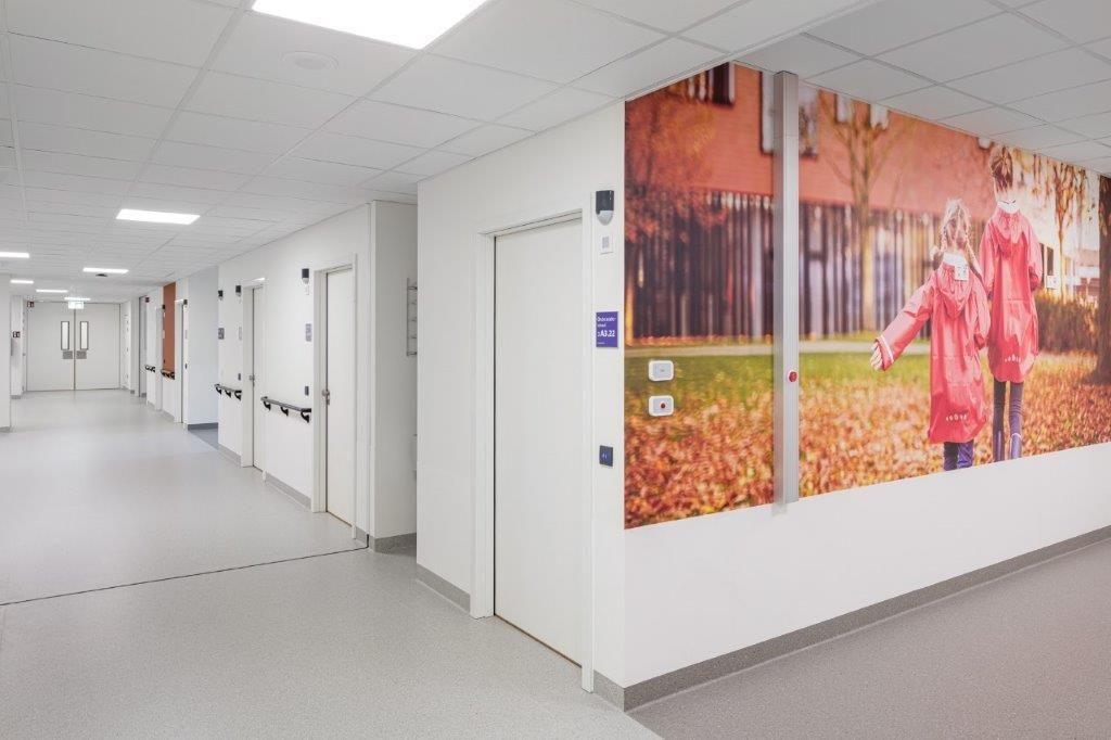 Mooie prints op de muren en warme afwerkingsmaterialen vermijden een klinische ziekenhuissfeer.