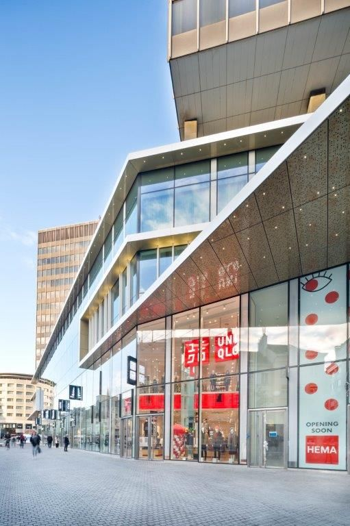 De architecturale luifelelementen op de hoeken oefenen een sterke aantrekkingskracht uit en doen het transparante geheel sterk in het oog springen. (Beeld: Nathalie Van Eygen)