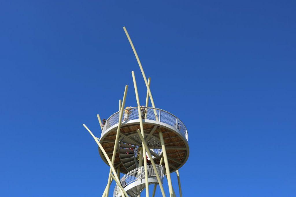 Wie de trappen tot boven neemt (20 meter hoog) kan, als een matroos in zijn kraaiennest, naar de horizon turen.