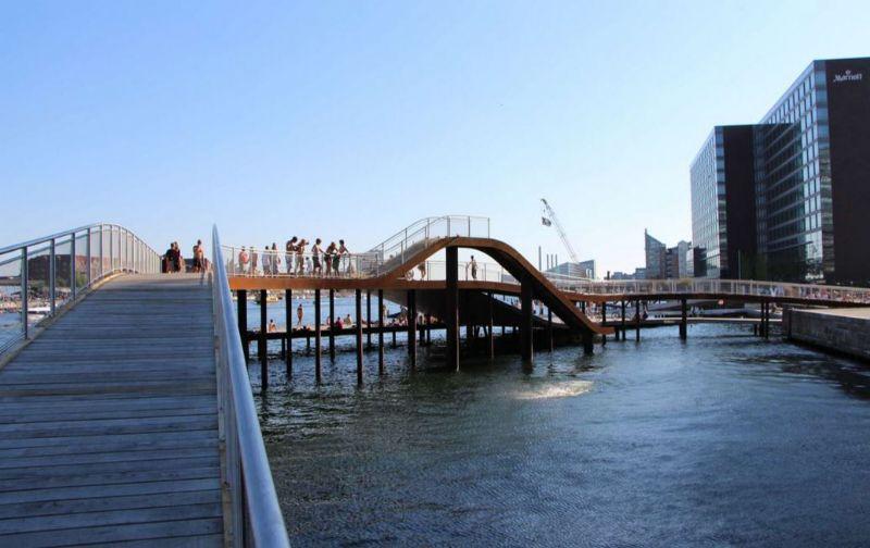 Kalvebod van Julien Desmedt Architecten werd fantasierijk aangelegd. Zo is er een houten glijbaan.