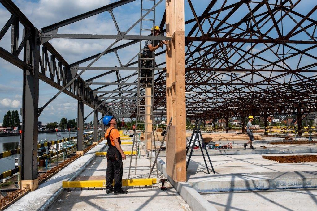 Gedurende het volledige bouwproces is de staalstructuur van de beschermde loods blijven staan en intact gebleven. (Beeld: Locus Developments)