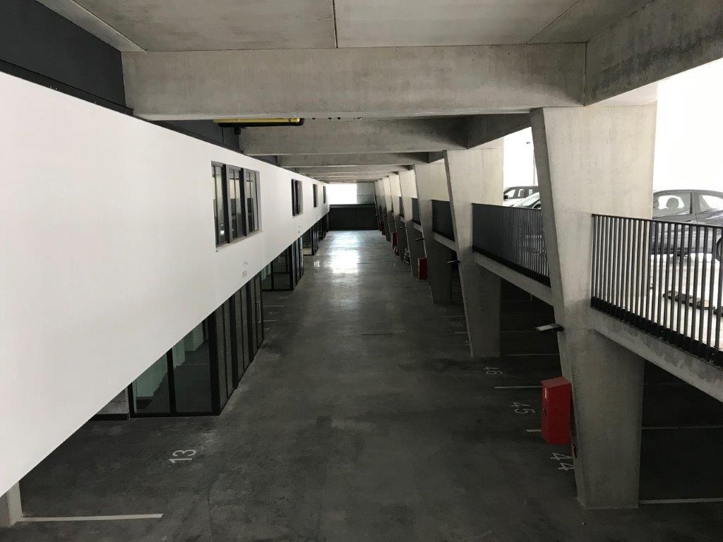 Aan de achterzijde van het balkvolume bevindt zich een ingegraven open parking. (Foto: a33 architecten)